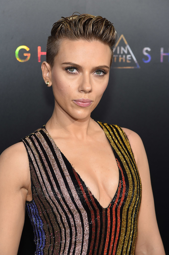 Scarlett Johansson Keeps It Basic At The Ghost In The