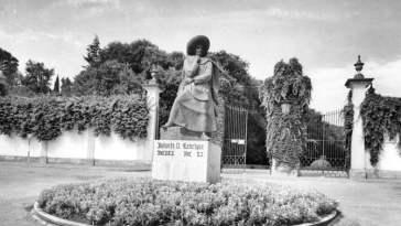 infante D. Henrique estatua fototeca.ed50bc6a62364a6981c9f32767ce9fb0