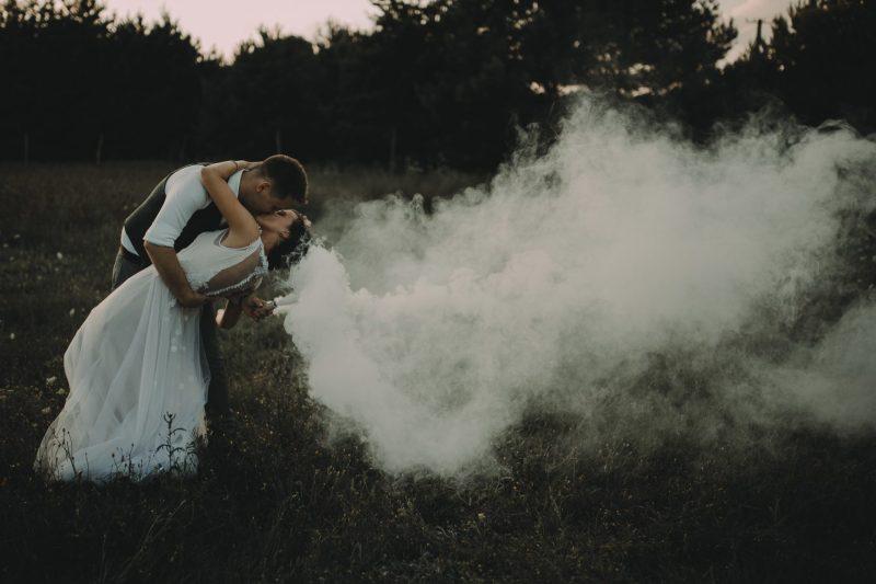sesja plenerowa ranczo w dolinie świeca dymna dym welon z dymu fotograf ślubny poznań
