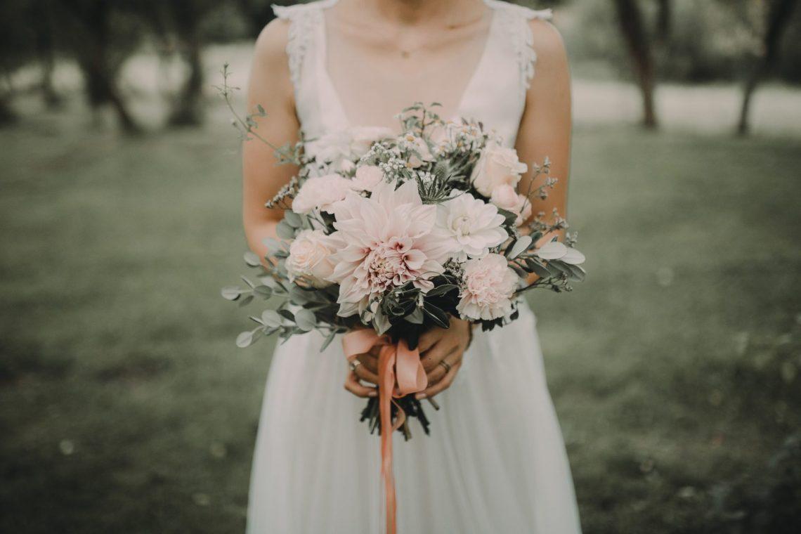 ranczo w dolinie sesja ślubna plenerowa pani młoda z bukietem kwiatów