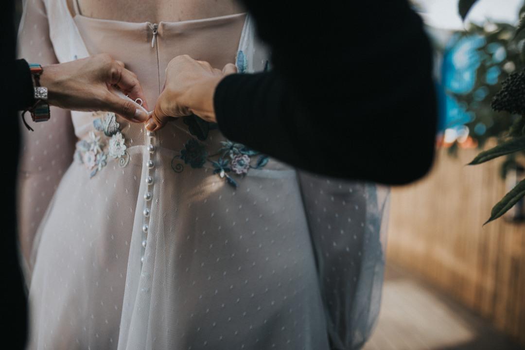Ślub na islandii 2020  zapinanie guzików w sukni ślubnej