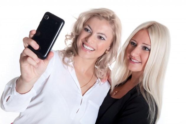 Beste Freundinnen machen Selfie von sich