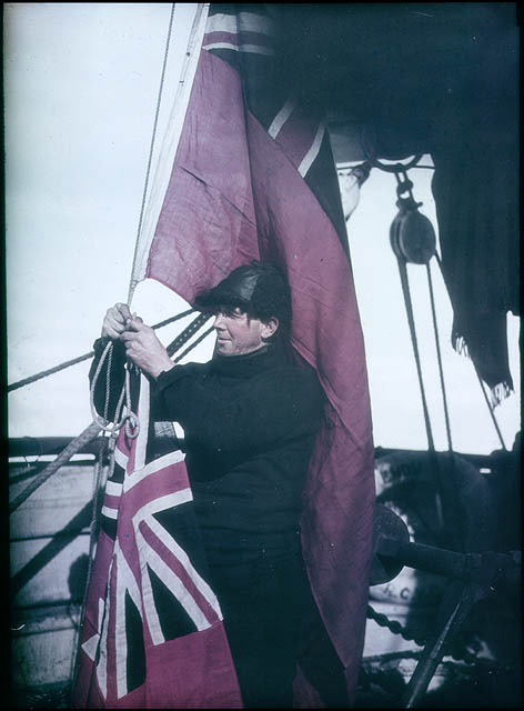 Alfred Cheetam signalling the Shackleton expedition, 1915 / photographed by Frank Hurley
