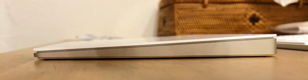 Magic Trackpad 2を右側面から。手前にかけて傾斜がある