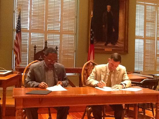 Fort Valley State president Dr. Ivelaw Lloyd Griffith (right) and  President of Georgia Military College Lt. Gen. William B. Caldwell IV (right) pen articulation agreement.