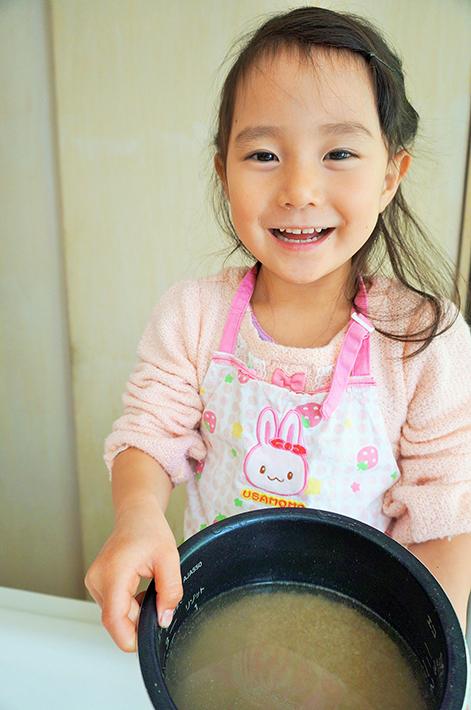 ミツハシライスの「美食玄米」でリゾットを作る娘