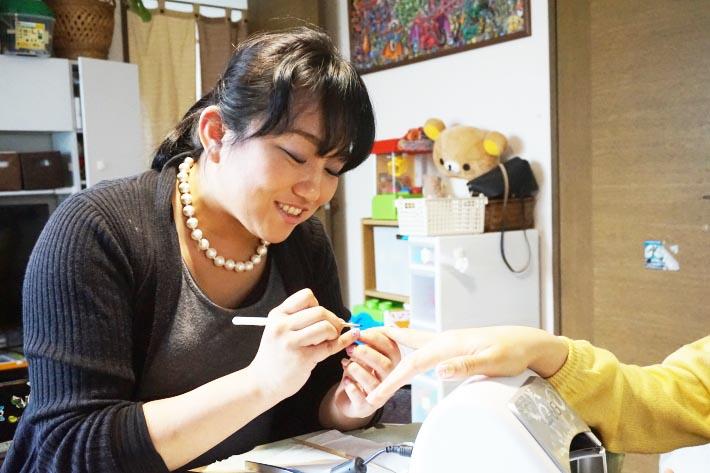 菅原明子さん ネイル施術中のお写真