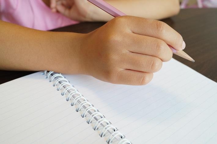勉強会で学ぶ子どもの手のイメージ画像