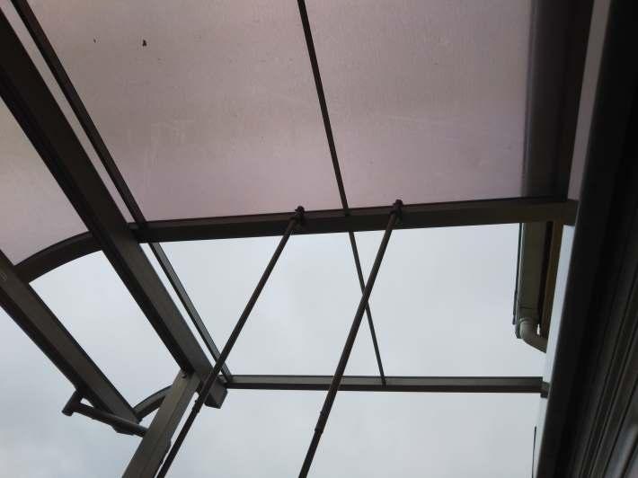 風で吹き飛んでしまったベランダの屋根