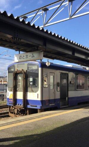七尾駅に停車するのと鉄道の車両