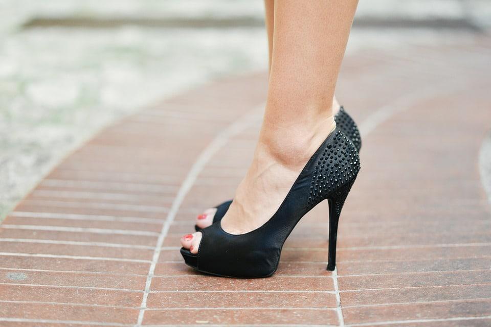 exfoliación de pies zapatos de tacón