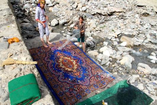 Cleaning carpet - Ishkasihim