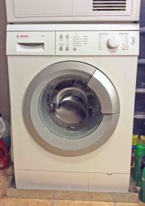 Top load vs front load washers pros cons. Picture of a Bosch front loader washing machine, apartment size, front load clothes washer from Bosch.