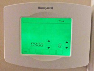 Picture of the touchscreen, showing Wifi Connection Status Set to OFF (0) on Honeywell RTH8580WF Digital Thermostat.