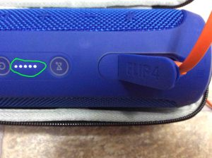 Picture of the JBL Flip 4 battery charge status gage, showing the wireless speaker fully charged.