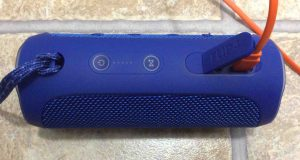 Picture of the JBL Flip 4 wireless speaker, showing charging done, with all lights out on battery status gauge.