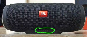 Picture of the Charge 3 JBL speaker, front view, fully charged with all battery gauge lamps OFF and circled.