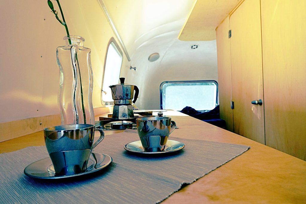 Glamping Airstream Wohnwagen Vermietung Innen Detail Küche