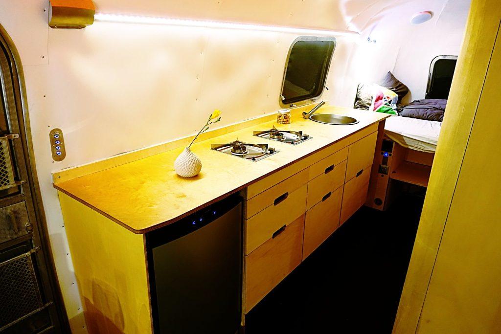 Glamping Airstream Wohnwagen Vermietung Innen Küche LED