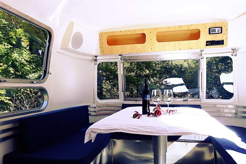 Glamping Airstream Wohnwagen Vermietung Innen Lounge