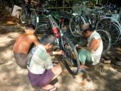 Drie fietsenmakers fixen je fiets voor een dollar. Bedankt! Doet het nog steeds!