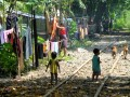 Spelende kinderen op een (hopelijk) verlaten spoorlijn in Yangon