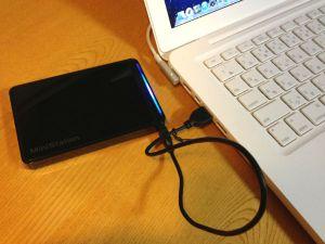 BUFFALO スリム&プレミアム USB3.0用 ポータブルHDD 1TB ブラック HD-PCT1TU3-BJをMacBookに接続