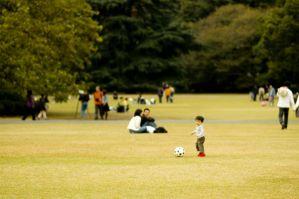 サッカー遊びをする子ども