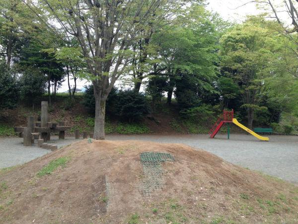 津久井又野公園の子供広場の丸太渡りと滑り台