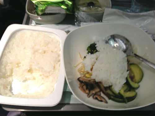 大韓航空の機内食 ビビンバにご飯を入れる
