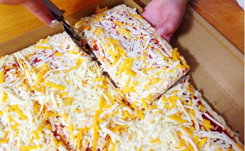 8等分したピザを1つずつ取り出す