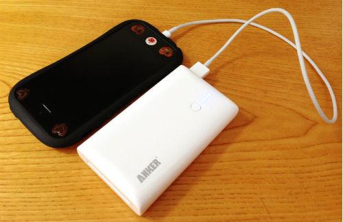 Anker Astro M2でiPhone充電中