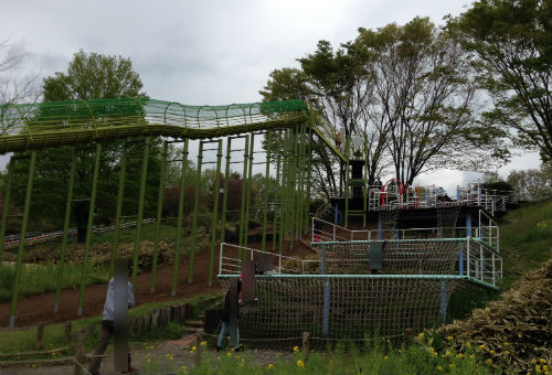 荻野運動公園のロング滑り台の階段脇アスレチック