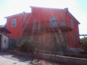 una casa arancione