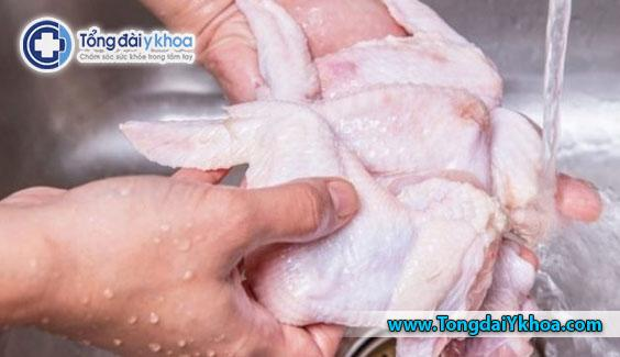 Thịt gia cầm sống và chưa nấu chín như gà, vịt và gà tây có nguy cơ cao gây ngộ độc thực phẩm.