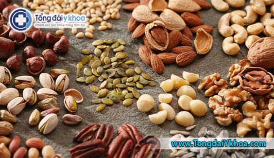 Các loại hạt thường chứa axit béo không bão hòa, vitamin E và chất chống oxy hóa. Các hợp chất này có thể giúp ngăn ngừa NAFLD, cũng như giảm viêm và stress oxy hóa