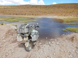 Erst die Tiefe checken. Durchwaten, Wasser maximal bis zu Knie - Die Stiefel sind dicht, es läuft kein Wasser aus.