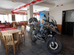 Parking la Moto? Wenn´s VOR dem Hotel keinen Parkplatz gibt, dann eben IM Restaurant.