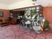 Hotel Tanti, sicher ist sicher. Das Motorrad immer im Blickfeld der Rezeptionistin