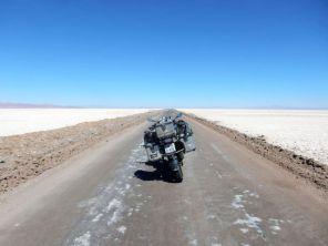 Straße durch den Salar de Atacama