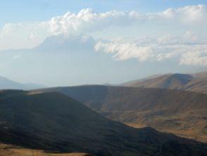 Blick zurück - der Illimani in Wolken