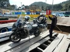 """Die """"Fähre"""" über den Titicaca See - Der Bus dahinter ist der nächste, auf der selben """"Fähre"""" ..."""