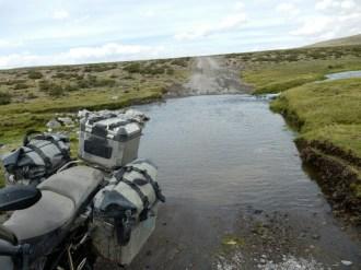 Durchwaten, prüfen, durch - hier geht das Wasser über die Knie. Grenzwertig