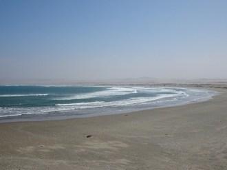 Kaum besser zu beschreiben: Die Wüste fällt in den Ozean, oder: Ein ziemlich breiter Sandstrand