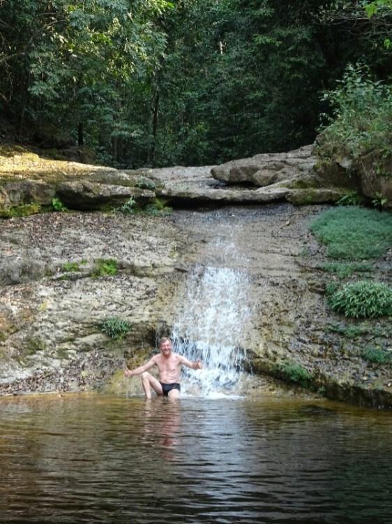 """Miguel schildert vorher das Baden voll Begeisterung - er geht nicht ins Wasser - """"mui frio"""""""