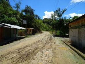 Grenze Peru - Ecuador, La Balsa. Auf der peruanischen Seite Asphalt, in Ecuador steile, schlammige Naturstraße.