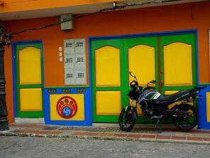 Starke Farben an den Häusern in Guatape