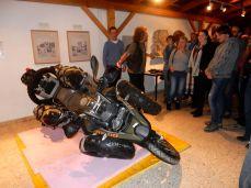 Motorrad einfach umwerfen - die Holzplatten sind zum Schutz der Steinplatten!