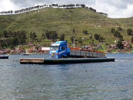 Die primitiven Fähren transportieren schwerste Lasten!