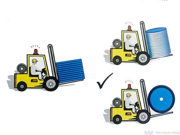 Xe forklift vận chuyển polycarbonate - tấm lợp lấy sáng